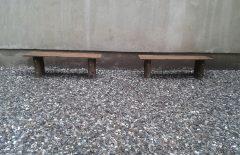 Holzbänke aus dem Holz gefällter Robinien